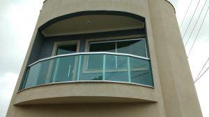 Sacada em Vidro Temperado Verde e Alumínio
